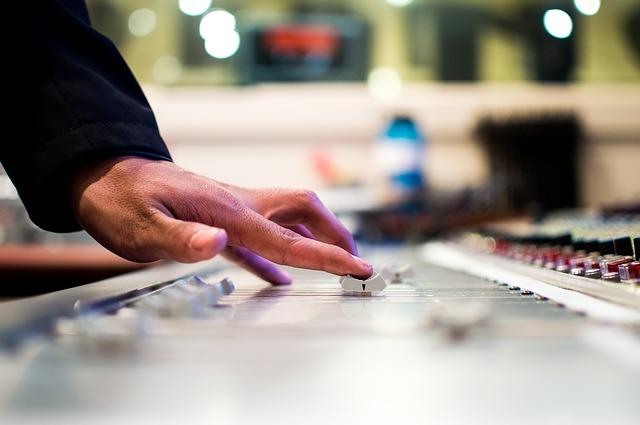 Dingen om op te letten bij het huren van een DJ of band