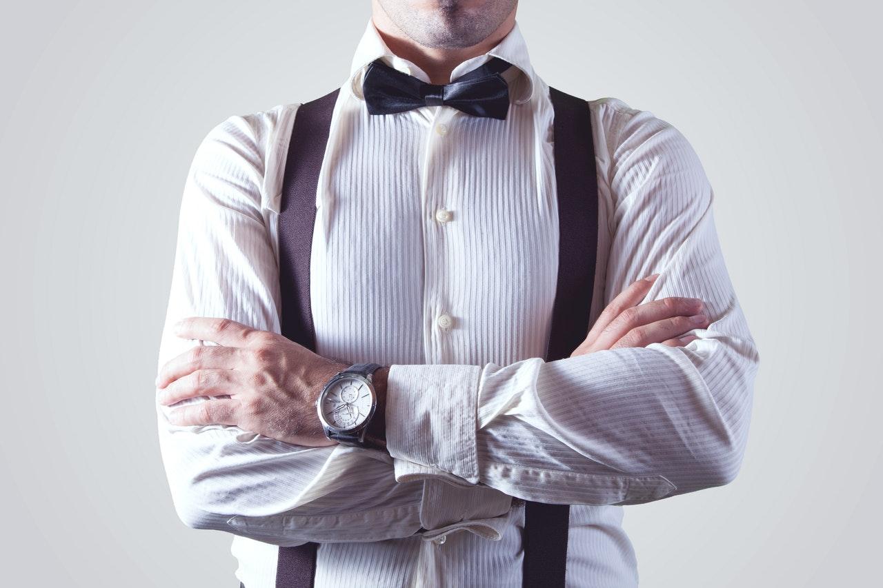 Hoe draag je een onzichtbaar T-shirt onder een overhemd